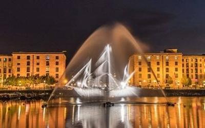 Magisk kunstværk af vand og lys i Munkebo Havn.